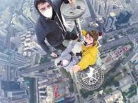高所でヒヤヒヤ動画。深センの超高層ビル(383.95m)に登る。頂上超せまい(°_°)