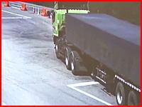 不運な死亡事故。工事規制に気付かずノールック右折で大型トラックに踏まれた二人乗り。