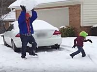 大きさを考えろよwww巨大な雪玉を子供にぶつけるパパさんのビデオが話題に。
