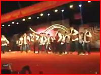 ステージのセットが崩れてダンスグループが下敷きに。その瞬間の映像が公開される。