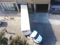 超狭い倉庫に大きなトレーラーを一発で入れてしまうフェデックスの運転手がプロすぎる。
