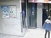 この中国人馬鹿すぎるwww自分で蹴破ったエレベーターのドアに入って落ちるwww