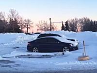 雪国の駐車場でとても珍しい日産車の痕跡が発見される。これは面白いなwww