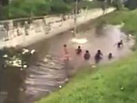 ただの水遊びかと思ったら。危険な遊び方をしていた少年たちが事故に遭う瞬間。