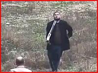 妻とジャーナリストの目の前でライフル自殺した男の映像。20日トルコにて。