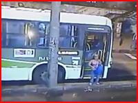 こんな事故でも運転手に責任があるのかな?バスから降りた女性がよろめいて・・・。