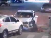 ひき逃げ事件の監視カメラ映像に助手席のツレを捨てて逃走する中国人の姿がwww