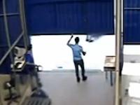 こんな死に方いやすぎる(@_@;)倉庫のシャッターに潰されてしまった男性(°_°)