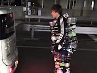 ペットボトルで作った防具を着て「車にはねられてみた」動画を投稿した日本人ツイッタラーの映像が話題に。