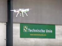 各国で研究されている空中のドローン捕獲方法。オランダ案がなかなか新しい。