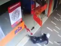マチェテで武装した3人組の強盗がショットガン店員に返り討ちにされる。