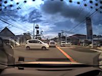 指定方向外進行禁止(左折のみ)を無視した車が軽トラを半回転させる事故を起こす。