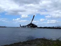 決定的瞬間。ハワイで観光客の乗ったヘリコプターが墜落し16歳の少年が重体に。