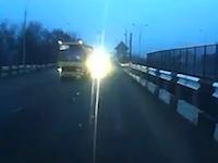 ウクライナの日常。車を運転中に分離独立派の砲撃に遭遇したドライブレコーダー。