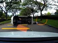 これは避けられない。目の前で横転した車に巻き込まれてしまった不運なライダー。
