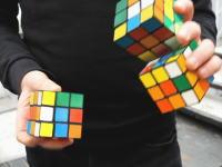 これはリアルなのか。3個のルービックキューブでジャグリングしながら20秒で18面揃える男の映像が話題に。