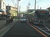 バス停で発進の合図を出しているのにお構いなしで抜くヤツvsクラクション鳴らしたい病