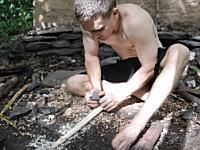 サバイバル技術。森の中で道具ゼロの状態から優れた弓矢を作る方法。この人ほんと凄い。