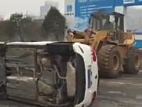 出入口を塞ぐようにして駐車していた迷惑極まりない車を重機で強制排除。中国。