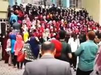 薬科大学卒業式の記念撮影で生徒たちが乗ったひな段が崩れてしまう事故。
