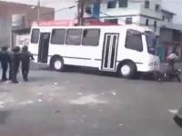 ベネズエラで警官隊に突っ込んだ暴走バスが警官2人をひき殺す。その映像。