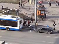 そりゃ無理だろwww故障車をバスに牽引させようとしていた男たち失敗して事故るw