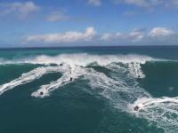 ヤウェーイ!と出発したジェットスキーの一団、大波に遭遇して一目散に逃げる(´・_・`)