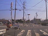 また撮られた。歩道走行(合法)を使って華麗に信号無視をきめる郵便配達のバイク。
