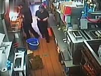 マクドナルドの若いスタッフが160℃の油を被り下半身を大火傷。その映像が公開される。