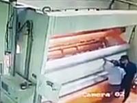 これ怖すぎ(((゚Д゚)))大型の抄紙機に作業員が巻き込まれる瞬間の映像。