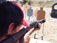 キアヌ様の射撃練習風景が公開されてネットで話題。相変わらず髭はボサボサ。