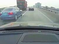 これは酷いwww割り込みたい車とそれを阻止したい車の戦いが酷い事故に(°_°)