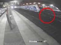 線路に降りてホームを渡ろうとした二人組が通過列車にはねられてしまう瞬間。