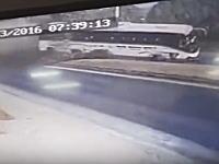 観光バスがタコって横転。その瞬間を記録していた監視カメラの映像が怖い。