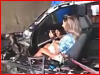 奇跡の生還?車バラバラで確実に死者も出ていそうな事故現場に余裕っぽい女性の姿が。