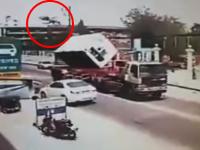 宙を舞う作業員。タイで撮影された珍しい死亡事故の映像。スローモーションみたいになってる(°_°)
