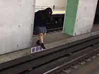 バカッター。地下鉄の線路に侵入する女子高生の動画がアップされる。