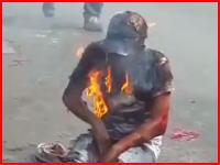 生きたまま焼かれてメラメラと燃えている男性の叫び。ショッキングにつき再生注意。
