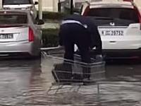 おいwwwおっさんwww冠水した駐車場でどうしても水につかりたくないおっさんwww