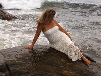 海岸の岩場でセクシーフォトを撮ろうとポーズを決めていた女性がwwwww