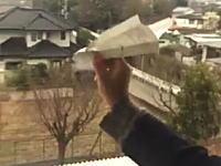 ツイッターで話題の動画。教室の窓から紙飛行機を飛ばして起きた奇跡。海老名高校