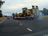 渋滞に停止できなかった大型トレーラーがジャックナイフ状態で突っ込んでいく事故。