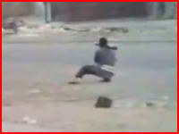 無謀すぎる。遮蔽物ゼロの地点からRPGで攻撃しようとして狙い撃ちにされる戦闘員。