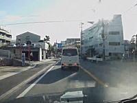 車から降ろした娘さんがパパの目の前でトラックにひかれそうになる映像。あかんあかん!