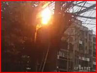 中国で撮影されたバチバチと感電しながら焼けている作業員のビデオ(°_°)
