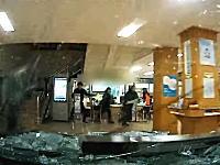 ダイナミック入店。入口を破壊し区役所に車で突入する76歳のドラレコ映像がひどい。