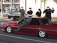 昭和かよwww箱乗りでギャラリーを煽る族車とタコ踊り?で答えるギャラリーwww