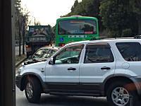 これは邪魔いな。狭い道路に停車してバスの通行を妨げる大型ダンプの映像。