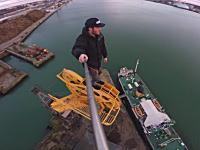 高所でガクブルいニューウェスト。港に放棄された古いクレーンに命綱無しで登ってみた。