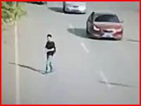 大通りを横断する時は最後まで気を抜いてはいけない。何事もなく渡りきったかに思えた男性に(°_°)